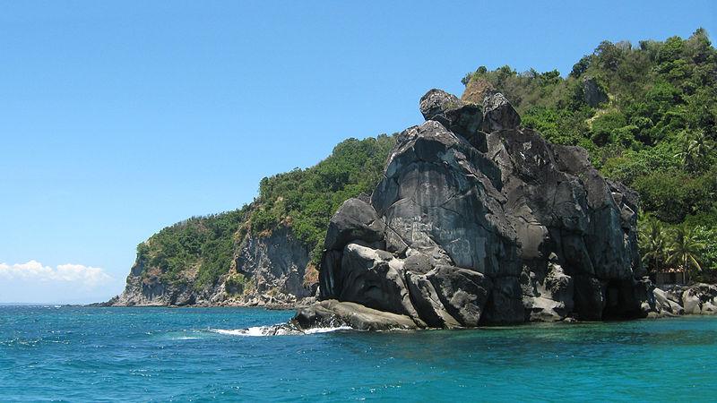 800px-Apo_Island_rocks